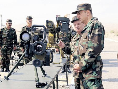 Азербайджан обвиняет Россию в поставках вооружений Армении, но сам закупает его на десятки миллионов долларов не только у нас, но и в Украине (на фото справа - президент Ильхам АЛИЕВ)