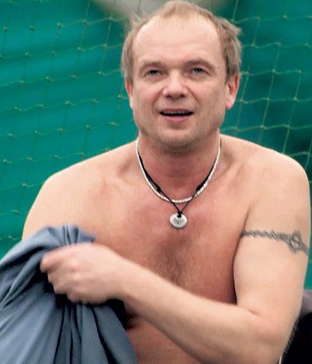 На шее актёра подарок жены Дарьи - руна, знак удачи, любви и путешествий. А на руке - языческая татуировка. Фото Геннадия УСОЕВА