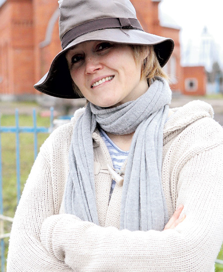 Теперь свои дизайнерские наряды и любимую шляпу стильная блондинка выгуливает в селе Яльчики