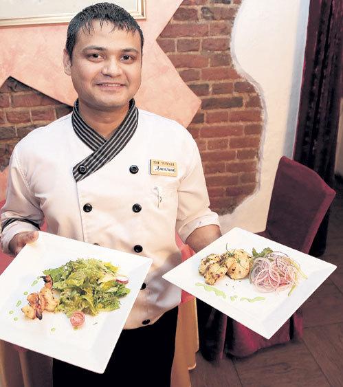 Шеф-повар ресторана «THE TUNNEL» Джагат с удовольствием кормит москвичей индийскими, европейскими, японскими и китайскими деликатесами