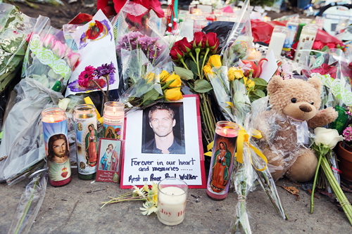 На место аварии, в которой погиб Пол УОКЕР, поклонники до сих пор несут цветы.