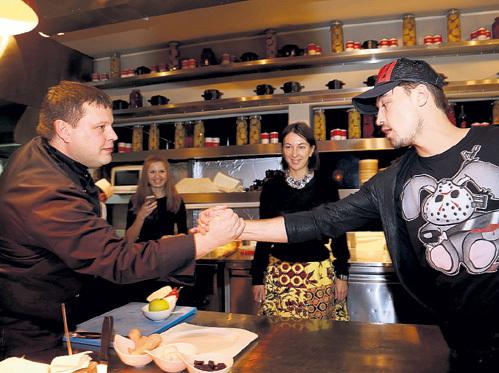 Шеф-повар Павел ПЕТУХОВ приветствует на своей кухне Диму БИЛАНА
