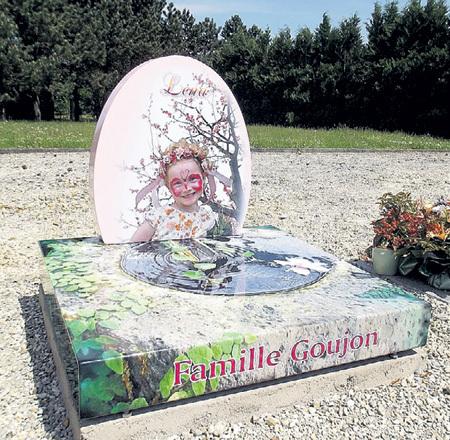 Получившая награду на выставке «Innovation Award-2013» французская компания «Funeral Concept» предлагает отказаться от мрачных надгробий. Памятник должен напоминать о том, что человек любил при жизни