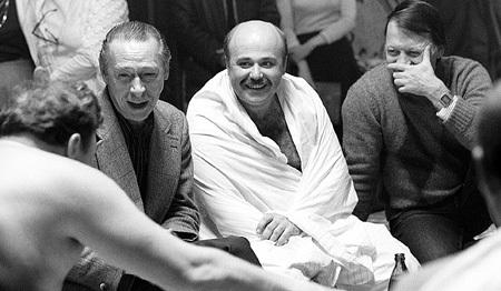 Рабочий момент: режиссёр Олег ЕФРЕМОВ посвящает актёров в тонкости банного дела. Фото: РИА «Новости»