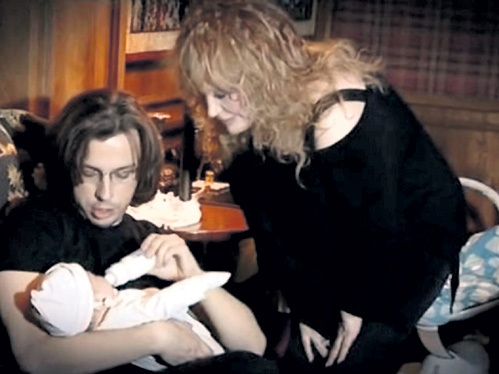 Алла Борисовна и Максим с малышей Гарри и Лизы пылинки сдувают. Кадр телеканала НТВ