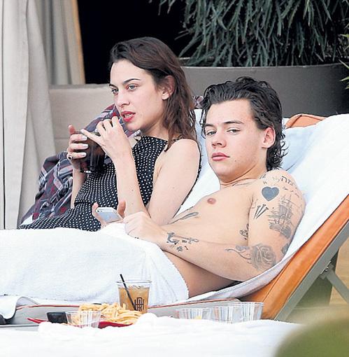 Гарри всегда окружен сексапильными женщинами (с Алексой ЧАНГ)...