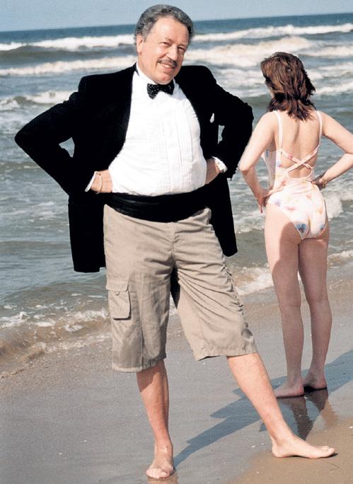 Даже во время пляжного отдыха, надев шорты, народный артист России не спешил расстаться с фирменными фраком и бабочкой