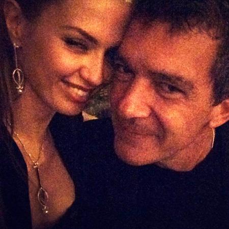 Судя по тому, с каким удовольствием Бандерас фотографируется с Викой, можно сделать вывод, что россиянка совершенно очаровала голливудского ловеласа.