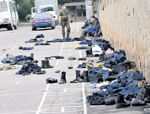Перед тем как сбросить в братскую могилу тела товарищей, бандеровцы, по генетической привычке, снимают с них ботинки и чистую одежду. Фото: ukrinform.ua