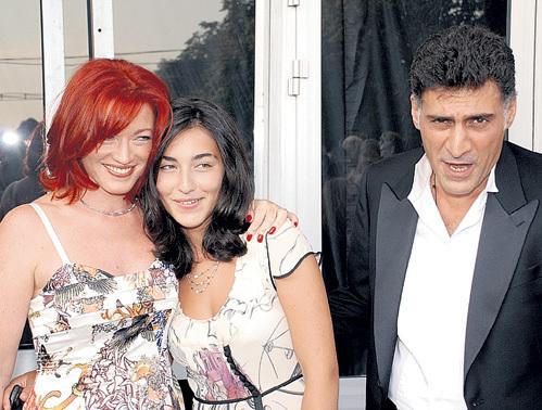 Лаура крепко дружит с сестрой Александрой, дочерью Тиграна КЕОСАЯНА и Алёны ХМЕЛЬНИЦКОЙ