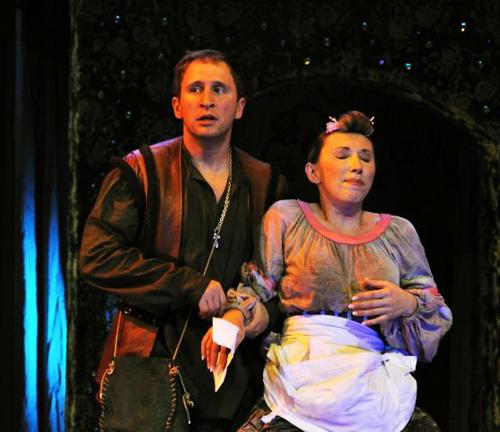 В главных ролях в спектакле заняты любимцы публики -  Оскар Кучера и Елена Воробей.