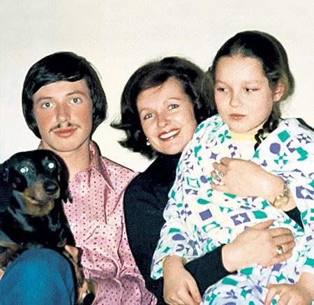 Знаменитая артистка с сыном Володей и дочкой Наташей. Фото из семейного архива