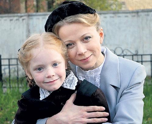 С юной актрисой Лизой АЛЕКСЕЕВОЙ на съёмках сериала «Мать-и-мачеха»