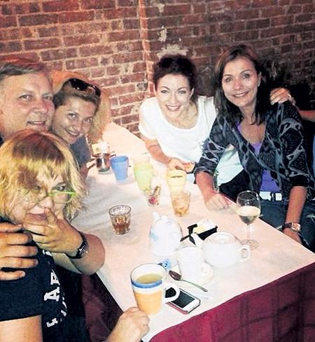 Актриса теперь больше времени стала проводить с друзьями (на фото с Екатериной СЕМЕНОВОЙ и семьей Виктора РАКОВА в нью-йоркском баре). Фото: Facebook.com