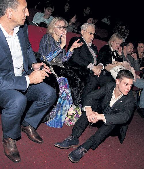 Паше не хватило места рядом с родителями, и он сел на пол