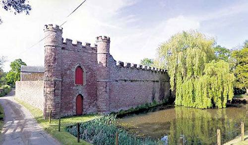 В замке XVIII века ХАММОНД чувствует себя феодалом