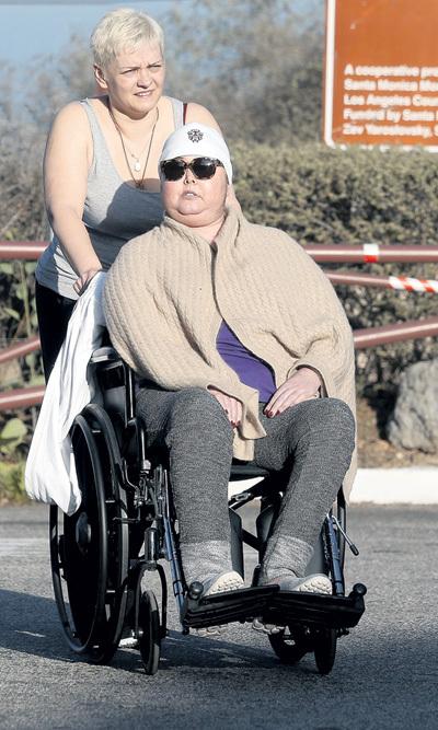 Этот снимок ФРИСКЕ с помощницей сделан в Лос-Анджелесе 16 февраля 2014 года. Фото: © Splash News
