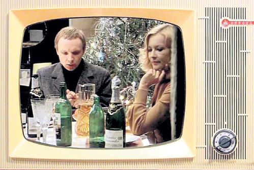 На столе героев фильма «Ирония судьбы, или С лёгким паром!» стоит легендарное «Советское» шампанское, запущенное в производство в 1936 году по распоряжению СТАЛИНА