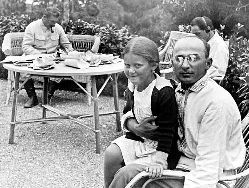 На сталинской подмосковной госдаче Лаврентий Павлович бывал как друг семьи и всегда баловал дочь вождя Светлану АЛЛИЛУЕВУ (1935 г.)