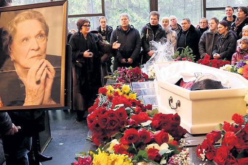 Актрису хоронили в белоснежном гробу. Зинаида КИРИЕНКО (в очках) рассказала собравшимся, какой жизнерадостной она запомнила коллегу, подругу и соседку