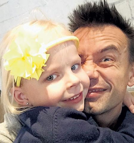 Пока девочка жила с Алексеем, он ее страшно баловал и катал по миру. Малышке это нравилось. Фото: Instagram.com