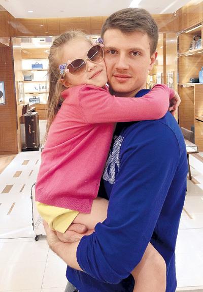 Андрей знает, как утешить любимую дочурку