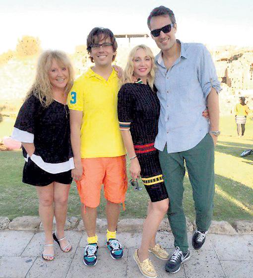 Кристина с мамой Аллой, отчимом Максимом и мужем Михаилом. Счастливое семейство так редко собирается вместе. Фото: Instagram.com