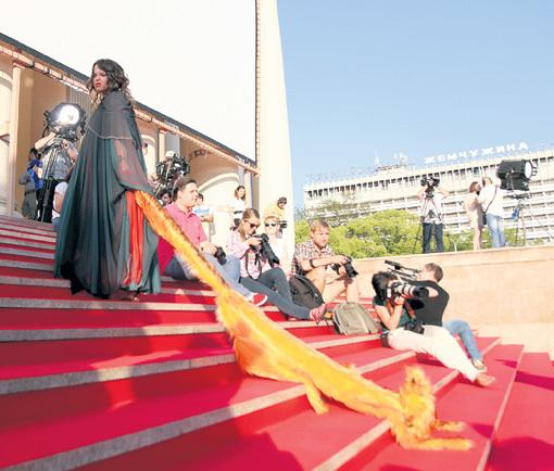 Звезда «Comedy Woman» Наталья МЕДВЕДЕВА на спор вышла на ковровую дорожку с нелепой плюшевой лисой
