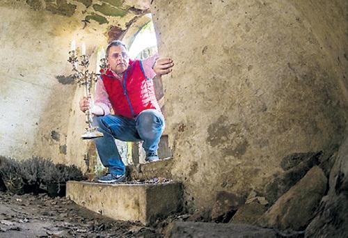 Сильвио СТЕЛЬЦЕР обнаружил в подвале несколько бутылок коньяка и шампанского фюрера