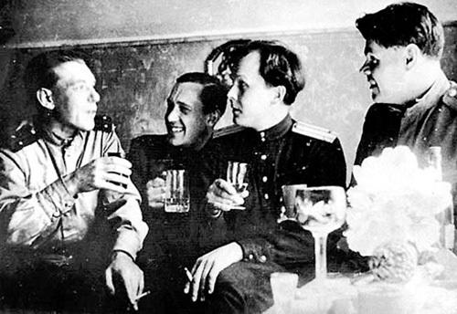 Будущий редактор «Нового мира» всю Великую Отечественную прошёл военным корреспондентом «с «Лейкой» и блокнотом, а то и с пулемётом»