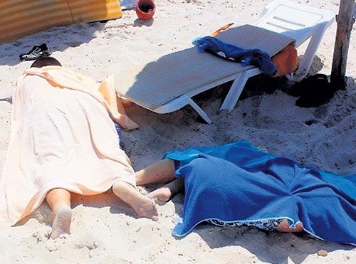 На пляже шикарного отеля ещё долго лежали неубранные трупы туристов