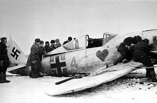 Сбитый немецкий истребитель. Воспитанники ГЕРИНГА любили малевать на борту всяческие эмблемы. И неудивительно: основная масса пилотов была в возрасте 18 - 25 лет