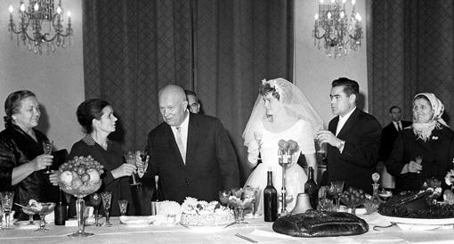 На свадьбе ТЕРЕШКОВОЙ и НИКОЛАЕВА Никита ХРУЩЁВ выпил за первую «космическую» семью. Фото: techladymafia.com