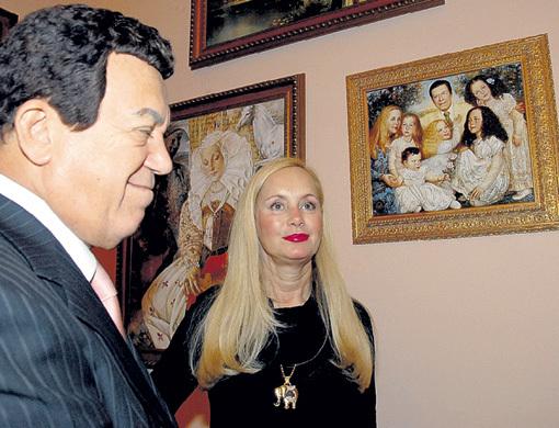 Иосиф и Нелли КОБЗОН посещали все выставки Елены ФЛЕРОВОЙ и любили фотографироваться на фоне своего семейного портрета