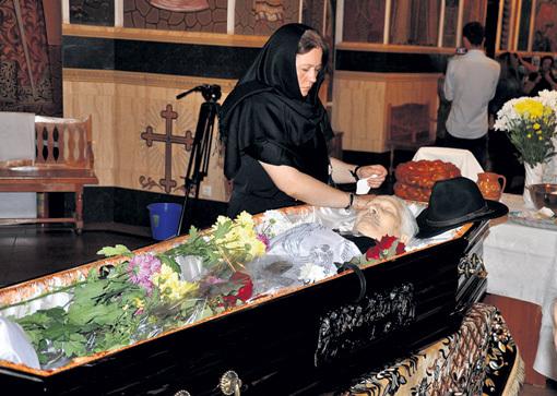 Дочь Стелла положила в гроб любимому икону Божьей Матери. Фото Вадима ПУТИНЦЕВА/«КП - Молдова»