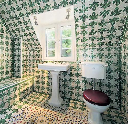 Одна из ванных полностью вымощена изразцами