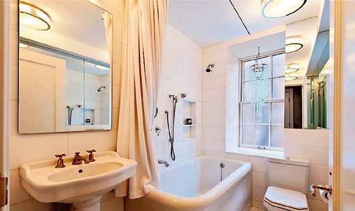 Уютная ванная выполнена в пастельных тонах