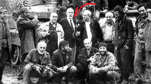 На базе бандитов в тбилисском пригороде Шавнабада Вахтанг, держа в руках оружие, сфотографировался на память с руководителями переворота - министром обороны Тенгизом КИТОВАНИ и тогдашним мэром Тбилиси Отаром ЛИТАНИШВИЛИ (1992 г.)