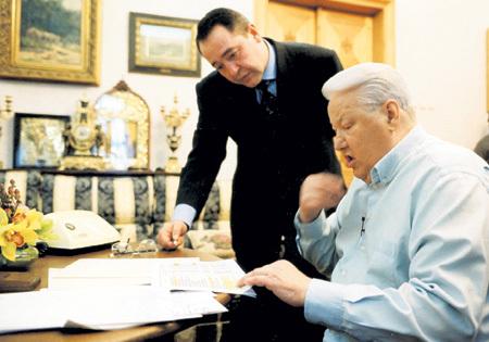 Именно ЛЕСИН помог больному Борису ЕЛЬЦИНУ одурачить народ и выиграть президентские выборы в 1996 году. Фото: Фотоархив журнала «Огонёк»