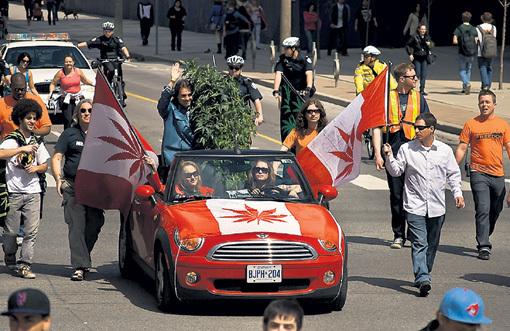 Марш за легализацию марихуаны в Торонто. Может, они поэтому все такие странные? Фото: Heck-aitomix.livejournal.com