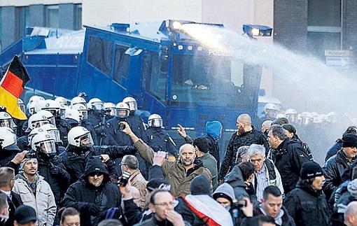 В Кельне немцы разогнали немцев, которые митингуют против насилия арабов над немцами