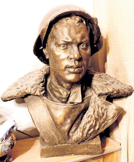 Этот бюст Александра МАТРОСОВА создал скульптор Евгений ВУЧЕТИЧ, а позировал ему - ИГНАТЬЕВ