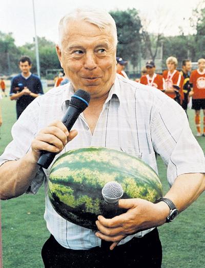 Владимир ПЕРЕТУРИН легко управлялся сразу с двумя микрофонами. И даже арбуз в качестве подарка от болельщиков не мешал ему в работе