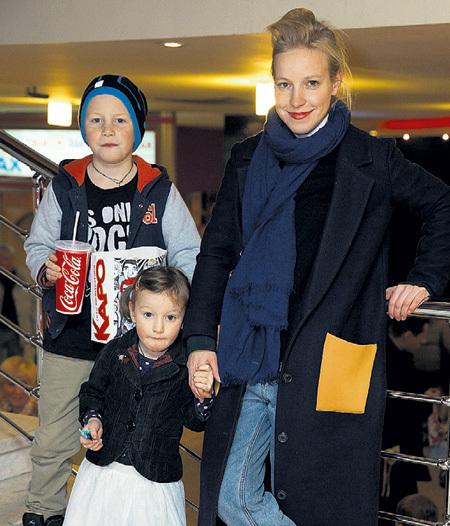 ШАЛАЕВА с сыном Нестором (от ШЕВЧЕНКО) и дочкой Евдокией (от нынешнего мужа - музыканта Ильи ЛУБЕННИКОВА). Фото: «ИТАР-ТАСС»