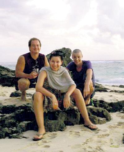 Каждую зиму после новогодних праздников певица отдыхала с мужем в тёплых краях (на этом фото они вместе с другом Петро. Бали, 2013 г.). В нынешнем январе она отправилась на море в гордом одиночестве. Фото: Facebook.com
