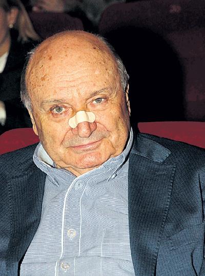 Михаил Михайлович наловчился сидеть на двух стульях сразу