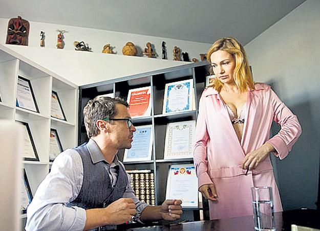 В «Пятнице» Паша сыграл корпоративного психотерапевта, уволенного с работы, а роль его жены досталась Евгении БРИК. Фото с сайта kino-teatr.ru