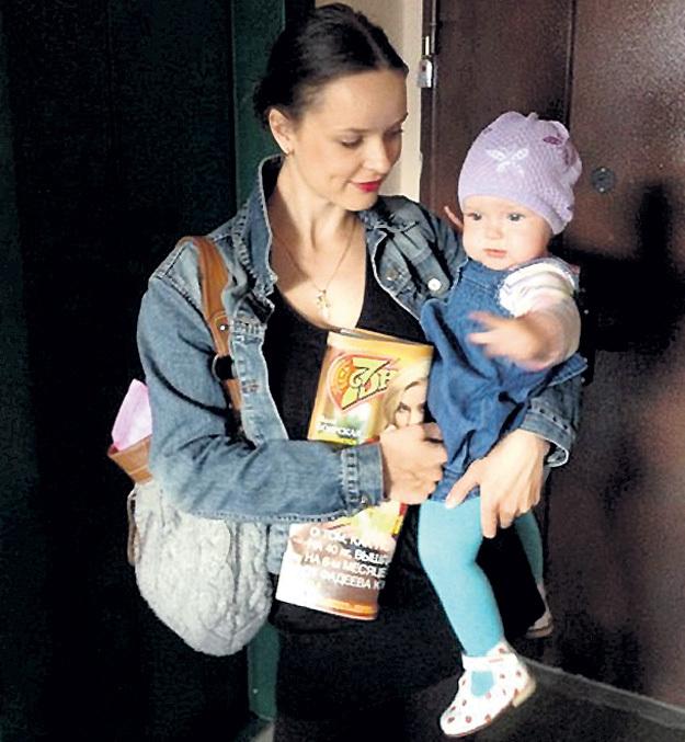 Анна растит дочку без помощи мужа. Фото: Vk.com
