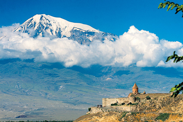 Монастырь Армянской апостольской церкви на фоне священной горы - классическая открытка из Армении. Фото с сайта wikipedia.org