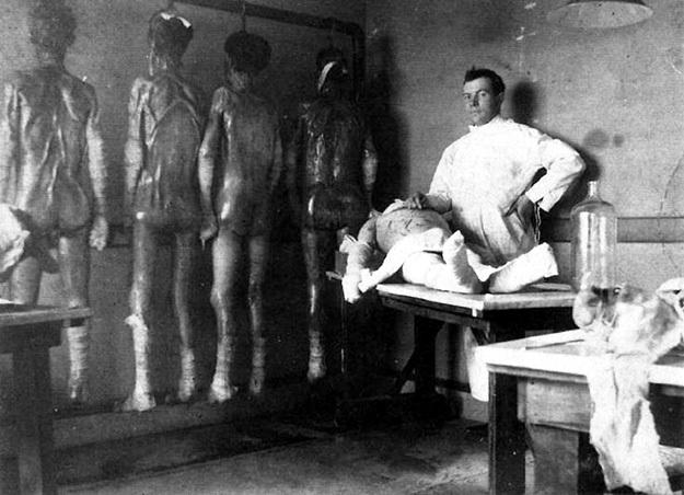 МЕНГЕЛЕ считал себя большим учёным и не видел ничего зазорного в том, чтобы фотографироваться на фоне жертв своих ужасных опытов